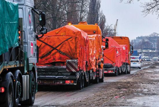 12月8日,装着马航MH17客机残骸的汽车开往荷兰