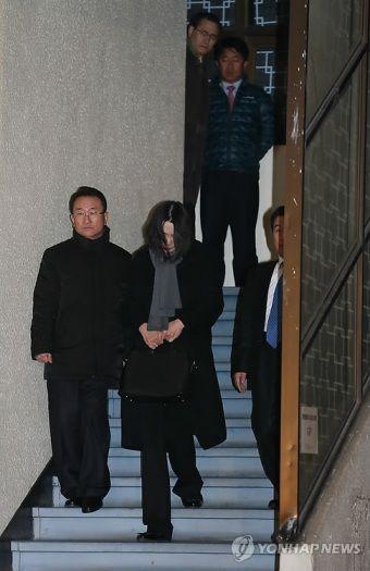 资料图片:大韩航空前副社长赵显娥12日在国土交通部航空铁道事故调查委员会接受调查。(韩联社)