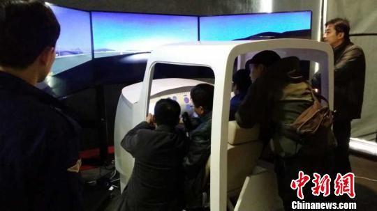 12月15日,飞行爱好者在飞行馆内体验飞行模拟训练器模拟飞行。韦杰夫 摄