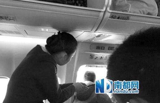 12月14日,厦航MF8453乘客打开安全门现场