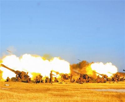 该团炮兵分队正在进行实弹射击 杨大为 摄