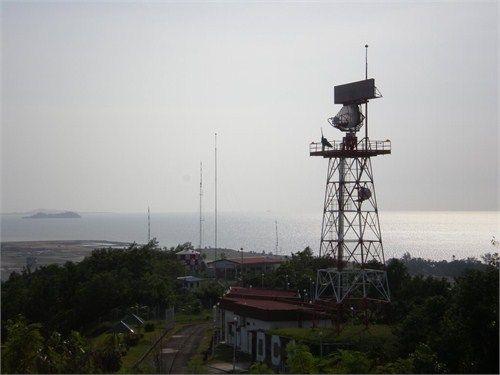 马来西亚机场附近的民用雷达,雷达上方的方形天线为二次雷达问答器收发天线,下方的主动雷达天线很小,作用距离不远