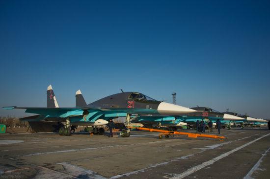 """资料图:2012年12月25日,俄罗斯空军沃罗涅日州巴尔季莫尔航空基地接装新一批5架苏-34前线轰炸机。这5架苏-34全部采用了新式深紫色涂装。有网友戏称为""""紫茄子""""。"""