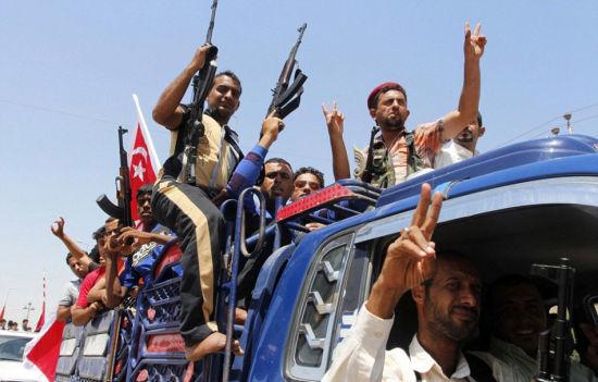 资料图:伊拉克平民踊跃参军反击叛军。