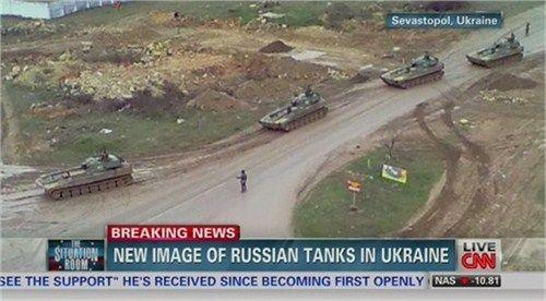 资料图:美国有线电视新闻网2月底拍摄到的俄罗斯装甲部队行军图像。