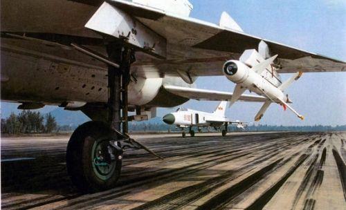资料图:据歼七M总师回忆,机头两侧进气技术是成飞花费20万元从沈飞引进的。显然沈飞当时并没有料到超7会成为J-8战机出口型的有力竞争者。