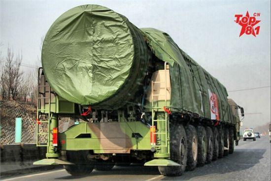 资料图:东风-31导弹小步快跑,图为其最新型的三用发射车
