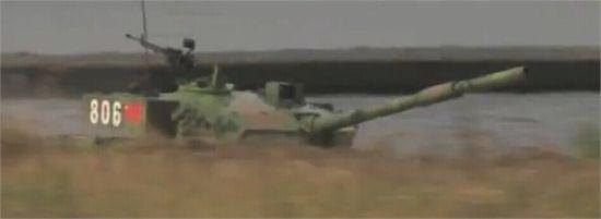 中國隊坦克整體比其他坦克看起來大出一圈,不過其優越的防護性能在比賽中無處發揮