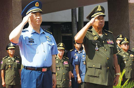 2014 年 5 月 9 日,中央军委副主席许其亮上将(左)出访柬埔寨。