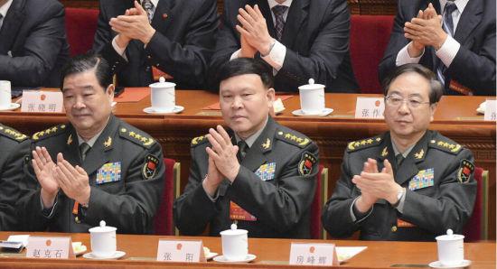 2013年3月,房峰辉上将(右)和张阳上将(中)在全国两会上。