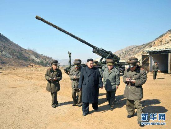 """资料图:""""谷山""""170毫米口径自行火炮据美国猜测,""""谷山""""大炮与一些苏俄制的海岸大炮十分相像,其行走装置为坦克底盘,采用无炮塔设计,火炮后部还装备有2个大型助犁,用来抵消发射时的后坐力。目前""""谷山""""大炮已经发展出M-1979和改进型M-1989两个型号。新华社/朝中社"""