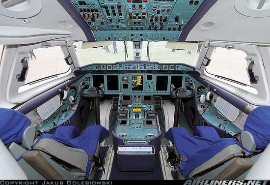 朝鲜高丽航空安-148飞机驾驶舱内景。