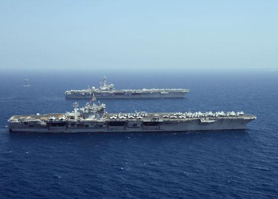 资料图:2014年3月22日,美国海军CVN-77乔治-布什号与CVN-75哈里-杜鲁门号核动力航母在亚丁湾编队航行。该区域是美国海军第五舰队安全责任区。