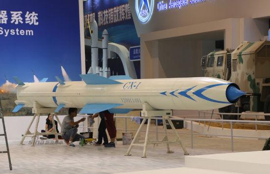 """资料图:新浪军事前方报道,11月6日,珠海航展布展现场出现一枚外形与印度""""布拉莫斯""""导弹相似的代号CX-1重型导弹模型。"""