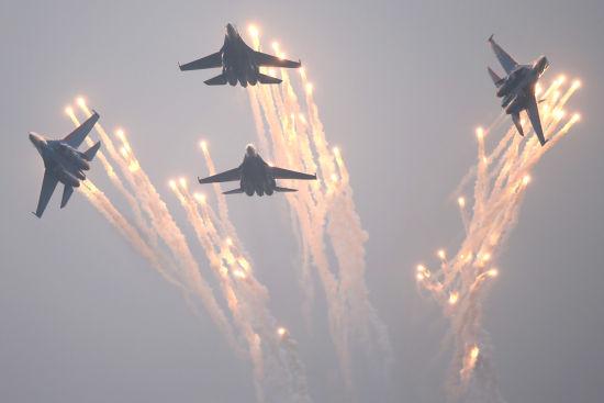 """资料图:俄罗斯勇士表演队四架战机打出鲜艳的""""火花""""。"""