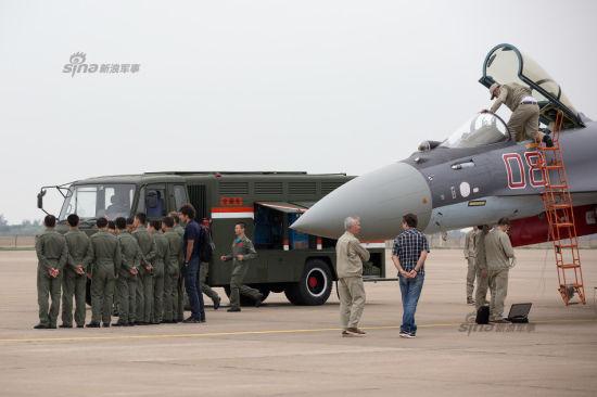 资料图:9日,八一飞行队飞行员参观苏35战机并留影,不乏表演队中的女飞行员哦。不要多看了,中国空军也马上会大规模装备苏35的。(拍摄者:陈诚 万全 新浪军事 未经许可禁止转载)