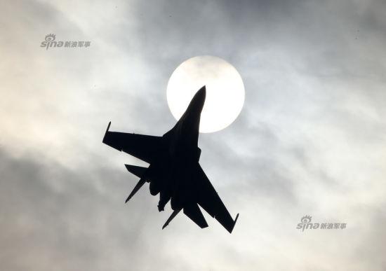 11月6日,苏-35首次在华进行飞行训练,演示眼镜蛇机动、钟式机动、空中自由落体式特技,超慢速大仰角机动等特技动作。(摄影:新浪军事 门广阔 未经许可不得转载)
