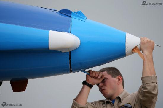资料图:俄罗斯地勤为勇士队苏27加装减速伞