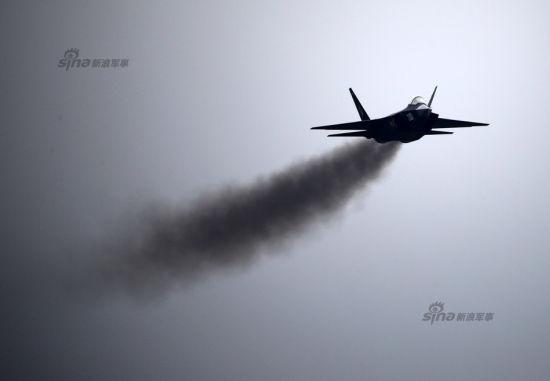 """11月9日,中国歼31""""鹘鹰""""战机再次升空训练,这次歼31发出""""滚滚黑烟""""奋力飞行。横滚,侧飞,大过载机动等等飞行动作层出不穷,满足了在场观众。"""