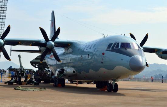 资料图:中国已经有运-9(运-8的大改),重量级大致相当,但运-9的基本技术还是60年代的运-8。虽说运-8与C-130相似,而C-130J还很滋润,为什么运-9就不能滋润呢?其实C-130J是有很多问题的,最大的问题还不是载重量,而是机舱宽度,使得可以运载的装备受到很大的限制。美军很多装备的尺寸就是按照C-130的机舱宽度来规定的,在性能上受到不必要的限制。中国正在进入军事现代化,运-8、运-9机队规模也有限,正好是一个机会,新中运与新装备互相帮衬,使得中国军事装备水平更上一层楼