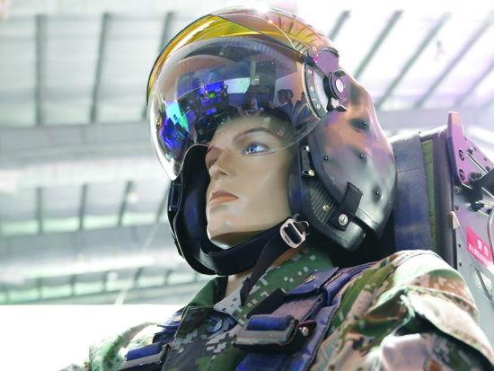 资料图:更重要的是远看看不到的细节,像这样的头盔显示系统,至少在技术概念上与F-35相当。这是抄袭的吗?嘿嘿,F-35头盔显示系统的技术问题还没有完全解决呢。说真的,歼-31的头盔显示系统采用头部运动追踪的方法,与F-35的眼球追踪完全不同。头部追踪的性能较低,但难度较低,这是沿袭米格-29、苏-27的头盔瞄准具的技术路线,但大大扩展、增强了