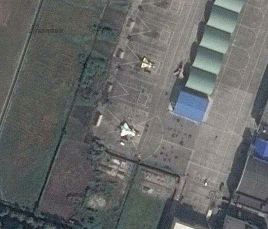 中国歼20重型五代战机项目在近两年中进展比较快。在第二批改进型2011、2012号原型机试飞后不久,疑似2013号原型机也出现。谷歌地图近日展示的一张照片中显示,疑似有一架新的歼20停在机坪上。网友猜测其为2013号歼20。