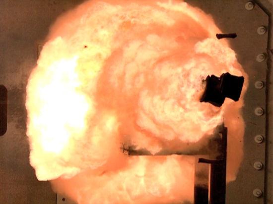 2012年2月23日,在美国弗吉尼亚州达尔格伦一处海军武器试验基地内,最新型的电磁炮进行了首次全威力射击试验。整个试验项目为期一个月。未来,美国海军将为水面大型战舰装备这种全新火炮。