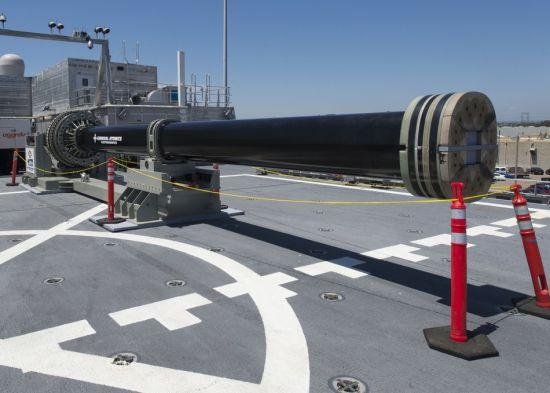据美国海军网报道,当地时间7月8日,圣迭戈基地,美国海军在一艘联合高速船米利诺基特号(JHSV3)上展示了由英国BAE系统公司研制的电磁轨道炮原型。目前圣迭戈海军基地正在举行电磁发展研讨会,由来自美国和其盟国的海军代表参加。根据美国海军的计划,电磁炮将被首先应用在朱姆沃尔特级驱逐舰上。