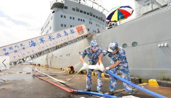 资料图:当地时间12月8日12时许,经过50多个小时的全速航行,赴马尔代夫执行紧急供水任务的中国海军长兴岛船停靠马首都马累港,开始实施供水作业。