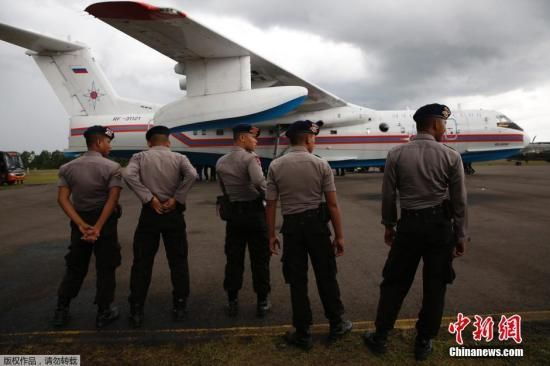 1月4日搜救人员又发现5块巨大残骸,搜救队伍打捞起4具遗体