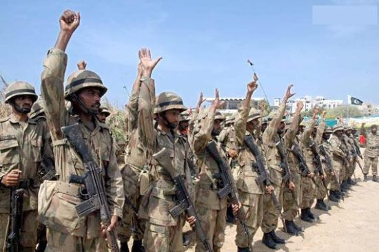 巴基斯坦《黎明报》网站报道,巴基斯坦边防人员7日与印度边界安全人员在印巴边界再次发生交火。美联社报道称,印度与巴基斯坦近期边界摩擦升级,数千名边界地区的居民因为炮击威胁,已经背井离乡逃往别处。 印巴两国边界摩擦近期时有发生。据媒体报道,最近一轮冲突始于去年12月31日,印度和巴基斯坦士兵当天在两国边界地区发生交火,冲突一直持续到1月1日,造成5人死亡,其中包括4名巴基斯坦士兵。