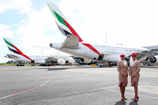 两名阿联酋航空空姐为A380起飞做准备。