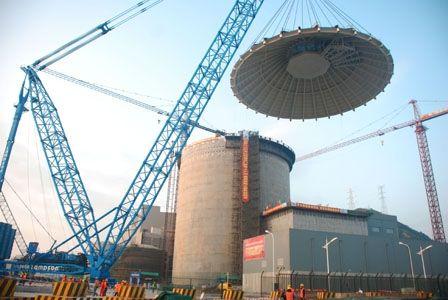 11月23日7时36分,世界首台三代AP1000机组――三门核电1号核岛屏蔽厂房钢穹顶成功整体吊装就位,标志着三门核电一号机组屏蔽厂房顺利封顶,为三门核电工程早日实现商运奠定了坚实基础。