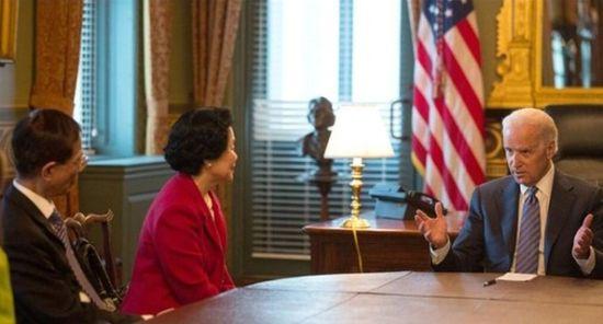 美国副总统拜登在白宫会晤香港对立派代表李柱铭(左一)和陈方安生(左二)