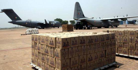 尼泊尔在上周末发生强震后,印度空军紧张派出C-17A战略运输机与C-130J运输机,向尼国首都加德满都运送救援物资源;同时又将在尼国的大量印度灾民转运回国。