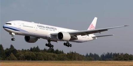 资料图:华航波音777-300ER飞机。