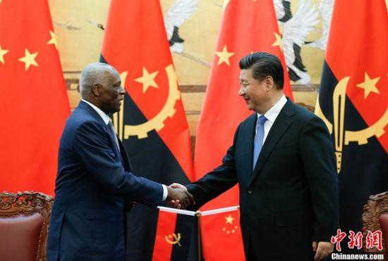 6月9日,国家国度主席习近平在北京公民大礼堂同安哥拉总统多斯桑托斯举办会谈。谈判后,两国首脑独特见证了经贸、交通、电力、金融等范畴双方合作文件的签订。