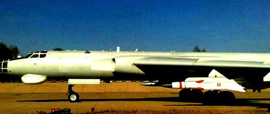 近日,十多年来传闻不断的鹰击-12超音速反舰导弹和鹰击-100远程反舰巡航导弹首露真容。根据网络图片,大致可以推测鹰击-12导弹的几何尺寸、重量等要素。据分析,鹰击-12为空射超音速反舰巡航导弹,装备于中国海军的轰-6轰炸机和新型歼轰-7B战斗机。