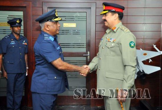 巴基斯坦陆军总参谋长拜访斯里兰卡空军司令,斯里兰卡空军司令的办公室里放着枭龙战斗机的模型,上面挂着斯里兰卡空军机徽