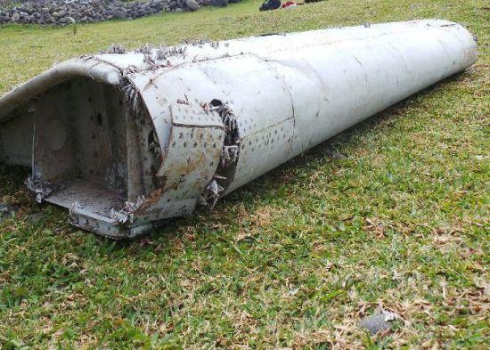 新浪航空讯 2014年3月8日,马来西亚航空MH370航班由吉隆坡飞往北京途中失踪,搜寻数月不见踪迹,2015年7月29日,印度洋法属留尼汪岛海岸线上发现飞 机部件残骸,几张图片揪起全球人的心跳。目前导向MH370的可能性很大,但没有更多线索,无官方机构确认消息,也不排除任何可能性。我们除了焦急等待,聚焦的重点就是这个突然浮现的部件。   残骸形状分析   图上部件是飞机的襟副翼,襟副翼是大型客机独有的部件,一名波音777飞机资深机长教员向新浪航空表示,从这块残骸的大小和形状判断,如此大小的襟副翼只有