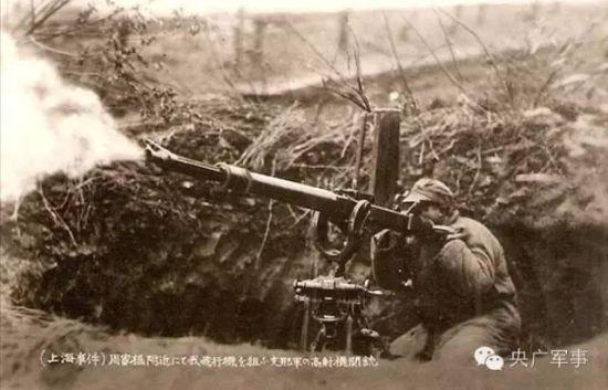 你知道吗?中国在抗日战争期间,武器装备虽然落后,但是我们仍有一些不为人知的秘密武器,这些武器在抗战中起到了重要作用。   首先介绍李文斯抛射炮   李文斯抛射炮因其发明者而得名,最早是在一战期间由英国的李文斯上尉研制出来。从1916年开始到30年代中期,它一直是各国列强最主要的化学战武器之一。这种武器由粗大的通气管或大型油桶改造、焊接而成,弹丸则是装满易燃油料的3加仑油桶。使用时,抛射炮可以将弹丸投射出180多米,落地爆炸后内装油料可以被撒布在相当大的一块面积上引燃,综合效果超过了当时的喷火器。