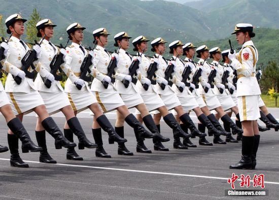 全军仪仗队女兵在为阅兵赶紧训练