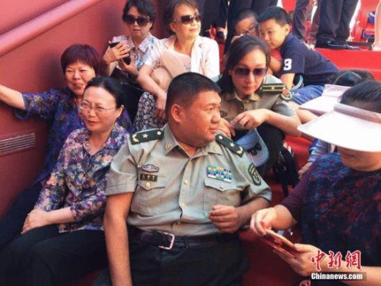 毛新宇少将在西一观礼台。