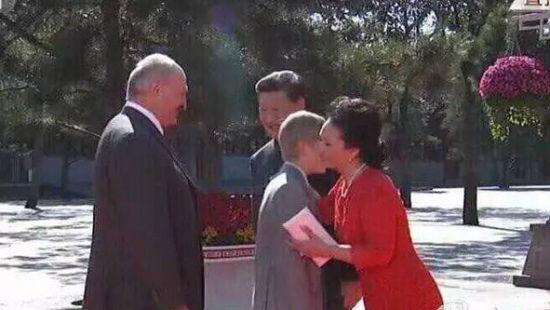 彭丽媛拥抱白俄总统之子