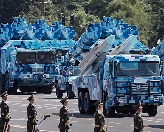 9月3日,阅兵式上亮相的新型鹰击-12反舰导弹方队。