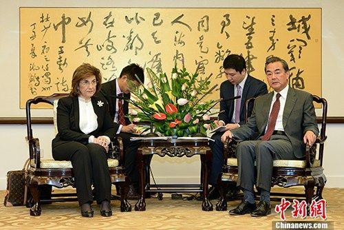 10月12日,王毅部长在北京会见来访的叙利亚总统政治与新闻顾问布塔伊娜・夏班。
