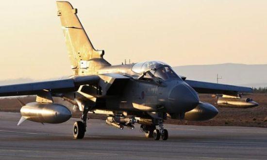 """英国""""狂风""""战斗机最近照片,图中可见其腹部挂载两枚激光制导炸弹,两枚""""硫磺石""""反坦克导弹,机翼下携带副油箱和电子对抗吊舱,并没有空空导弹"""
