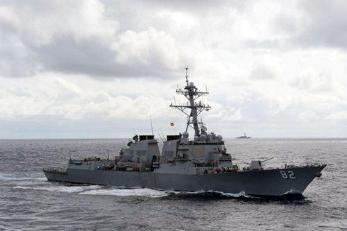 """资料图:闯入中国南沙群岛有关岛礁邻近海域的美军""""拉森""""号驱逐舰"""