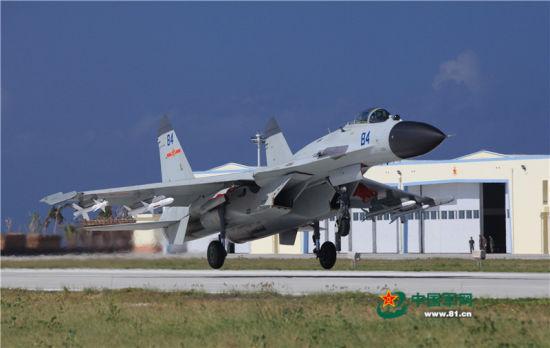 我海军航空兵歼-11BH战斗机着陆,后方库房外形特征与永兴岛机场相似