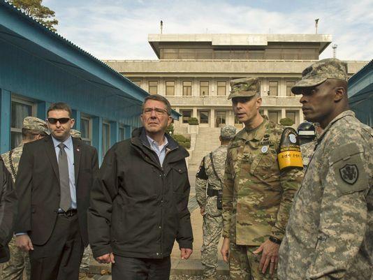 """美国国防部长卡特11月1日在非军事区的照片,右边为""""联合国军""""指挥部停战委员会秘书长詹姆斯・明尼克上校"""